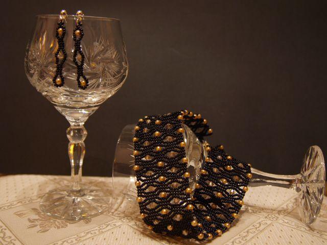 510a89a733 A képen látható nyakpánt és fülbevaló japán gyöngyből, aranyszínű  üvegteklából és távol-keleti biconból készült. A nyakpánt hossza a  csőkapoccsal együtt ...
