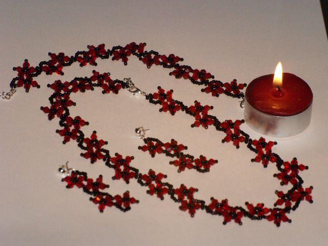 2735173b6f Ez a piros-fekete ékszerszett japán gyöngyből és cseh biconból készült.  Csillogásával felhívja a figyelmet viselőjére.
