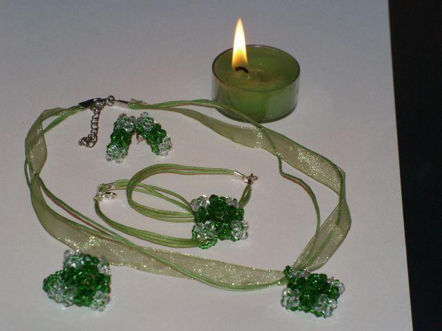 819a4d8c4c Ez a csillogós szett japán gyöngyből, zöld és kristály színű cseh biconból  készült.