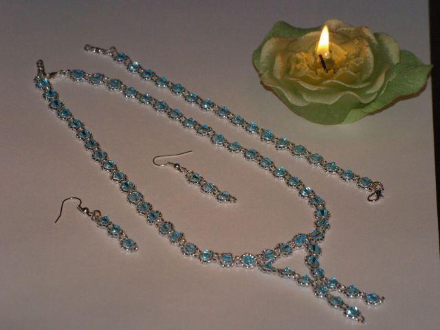 d265f0d41d Ez a kék-ezüst szett japán gyöngyből és cseh biconból készült. Igazán  elegáns viselet.
