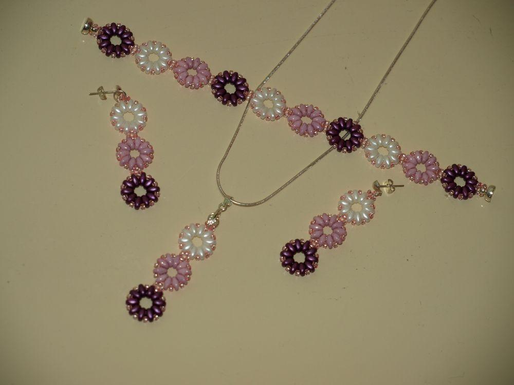 fb71f79e62 Ez a rózsaszín csillogós ékszer japán gyöngyből és cseh biconből készült.Csillogásával  felhívja a figyelmet, virág mintájával finoman nőiessé és elegánssá ...